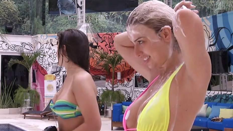 BBB 13: Anamara dá aula de sedução para Fernanda e Andressa