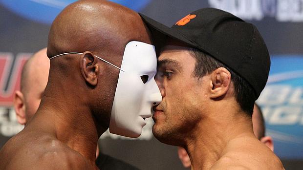 Anderson Silva (à esq.) e Vitor Belfort em encarada antes da luta principal do UFC 126