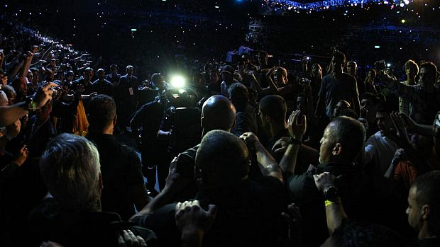 Anderson Silva foi recebido por vários fãs no caminho até o octógono do primeiro UFC Rio