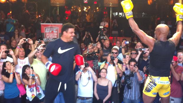 Anderson Silva provoca Ronaldo nos treinos abertos para o UFC 148, em Las Vegas