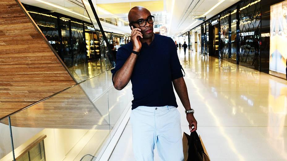 Anderson Silva passou 1h30 experimentando roupas em um shopping da zona sul de São Paulo