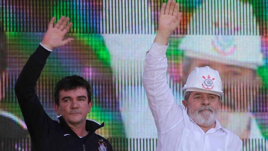 Andrés Sanchez com o ex-presidente Luiz Inácio Lula da Silva durante evento no canteiro de obras do Itaquerão