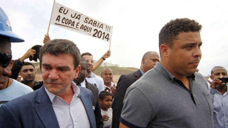 Andrés Sanchez com Ronaldo no anúncio de que o Itaquerão seria palco da abertura da Copa de 2014