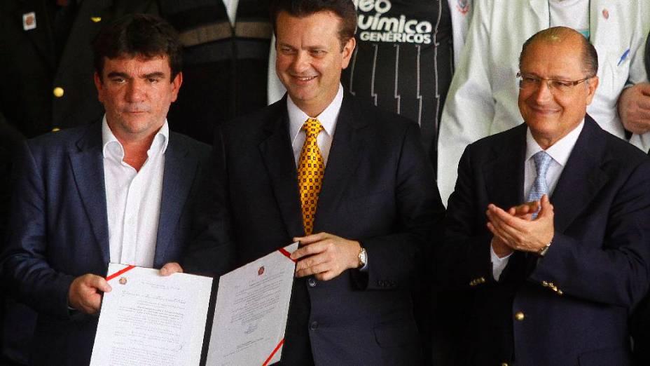 Andrés Sanchez, Gilberto Kassab e Geraldo Alckmin na assinatura do incentivo fiscal para o estádio do Corinthians