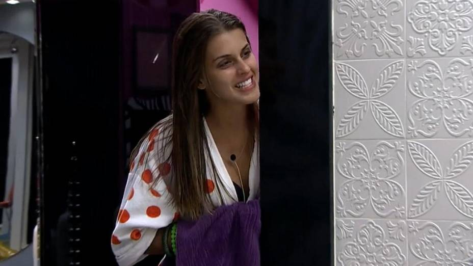 Angela flagra Marcelo e Vanessa tomando banho juntos no BBB14