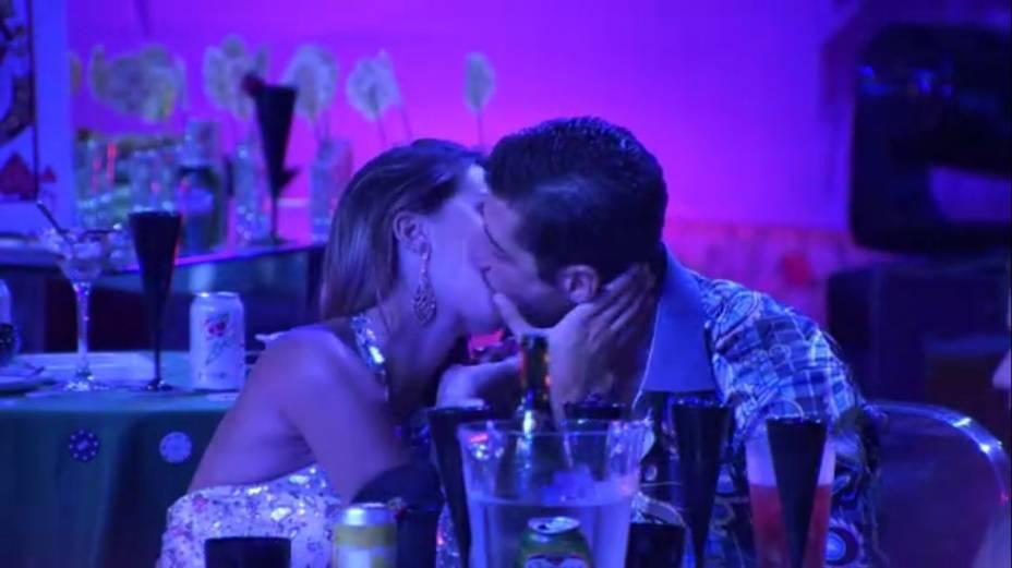 Novo casal: Angela e Marcelo se beijam em festa do BBB14