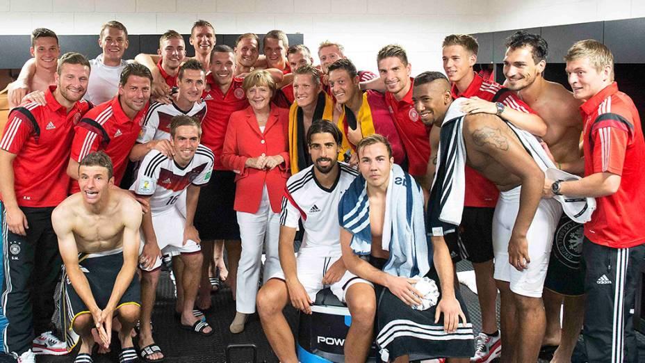 A chanceler alemã, Angela Merkel, comemora o título da Copa do Mundo de Futebol de 2014, junto aos jogadores, no estádio no Maracanã, no Rio de Janeiro