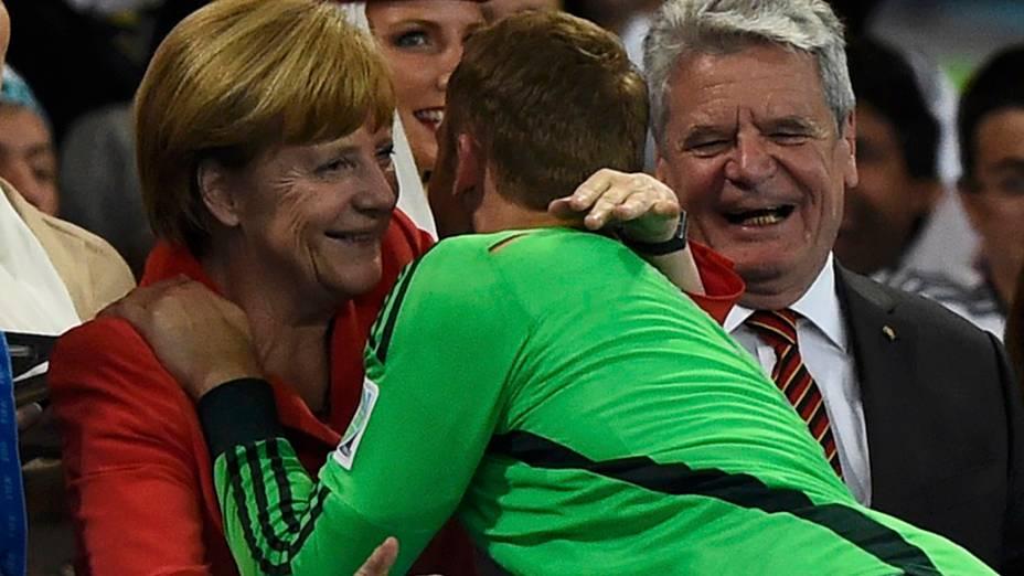 Angela Merkel cumprimenta o goleiro da alemanha, Manuel Neuer, após a conquista da Copa do Mundo de Futebol de 2014, no estádio Maracanã, no Rio de janeiro