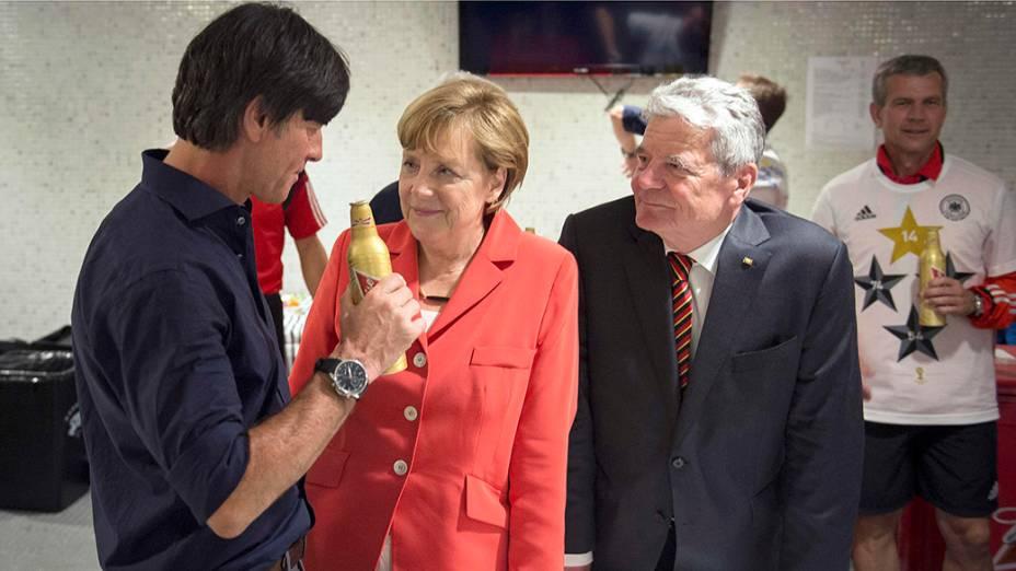 O técnico da Alemanha, Joachim Loew, comemora com a chanceler alemã, Angela Merkel, o título da Copa do Mundo de Futebol de 2014, no estádio do Maracanã, no Rio de Janeiro
