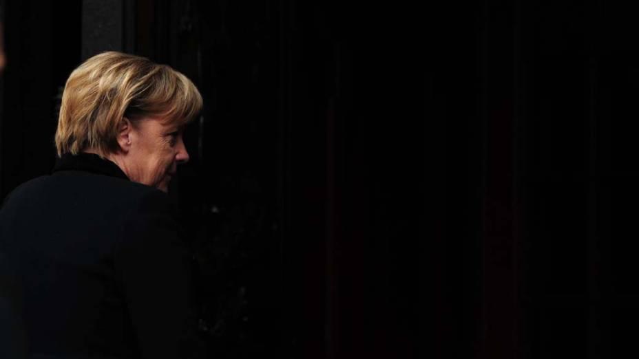 "A chanceler alemã Angela Merkel comparece ao funeral da ambientalista alemã Hannelore ""Loki"" Schmidt na Igreja Sankt Michaelis, em Hamburgo"