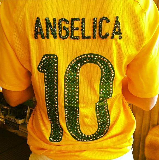 Angelica torce com camiseta do Brasil personalizada