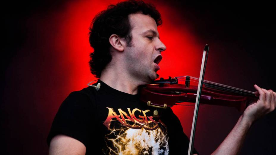 Amon Lima durante show do Angra no palco Sunset, no terceiro dia do Rock in Rio, em 25/09/11