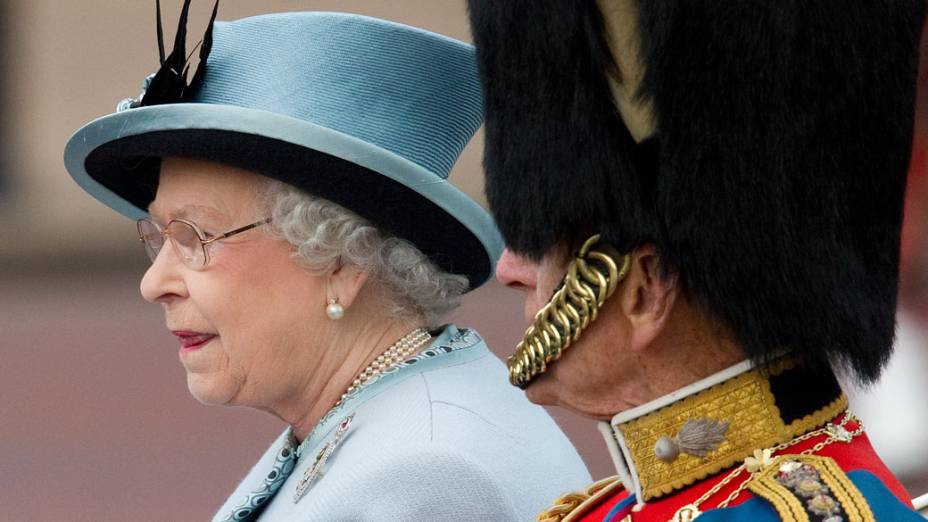 Rainha Elizabeth II e príncipe Philip deixam o palácio de Buckingham em carruagem aberta durante a cerimônia oficial que comemora os 85 anos da rainha