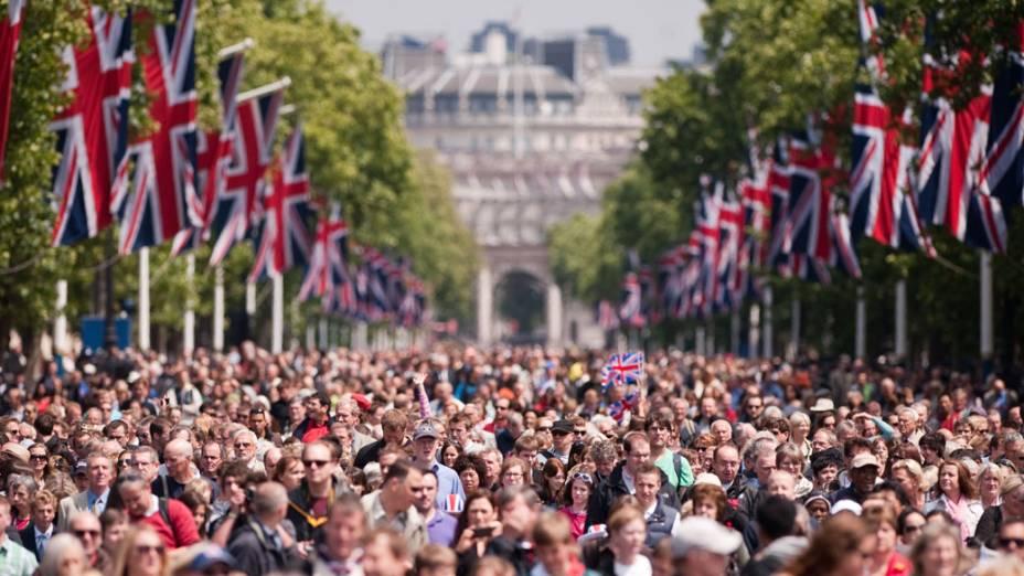 """Ingleses vão as ruas para assistir ao """"Trooping the Colour"""". A cerimônia marca o aniversário oficial dos soberanos britânicos desde 1748"""
