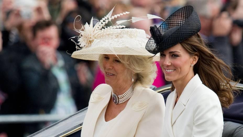 Camilla, Duquesa de Cornwall, e Katie, Duquesa de Cambridge, desfilam durante a cerimônia oficial do aniversário da rainha
