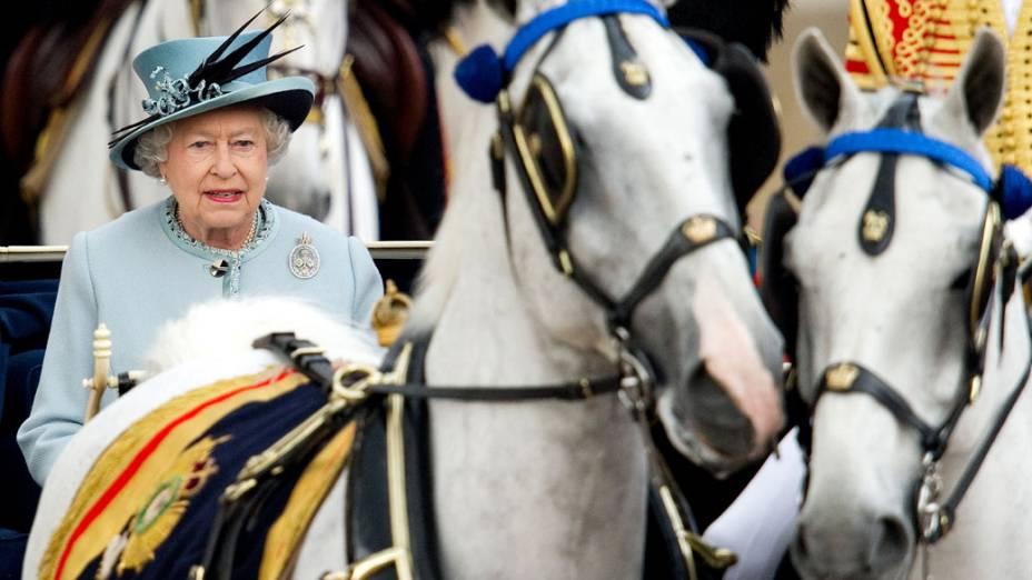 Rainha Elizabeth II desfila em carruagem aberta durante a cerimônia oficial de seu aniversário