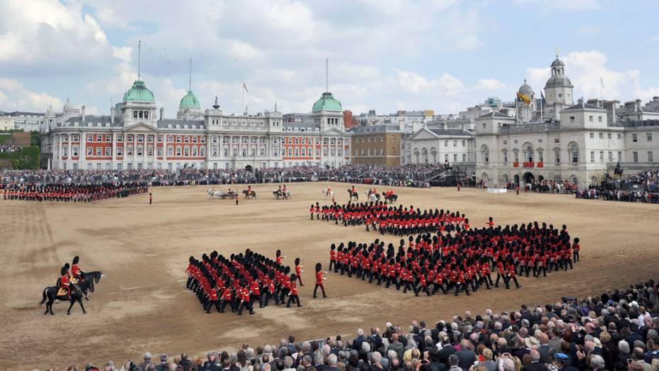 """Militares britânicos desfilam durante a """"Trooping the Colour"""", cerimônia que marca o aniversário oficial da rainha"""