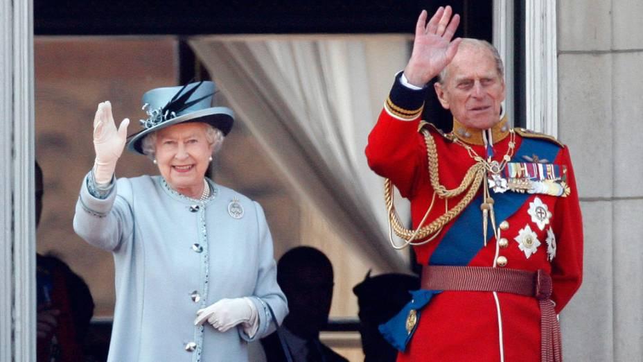 Rainha Elizabeth II e príncipe Philip acenam para o público, da sacada do Palácio de Buckingham, durante a cerimônia oficial que comemora os 85 anos da rainha