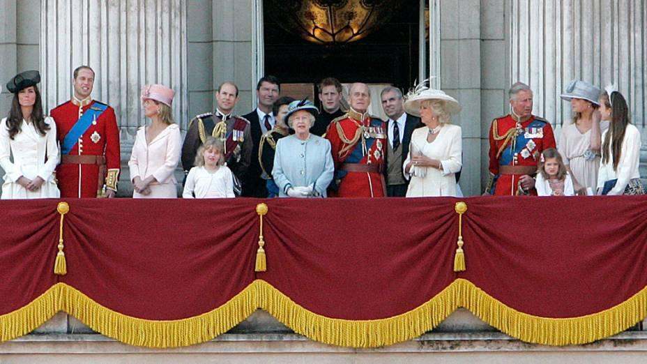 "Família real reúne-se na sacada do Palácio de Buckingham, durante a ""Trooping the Colour"""