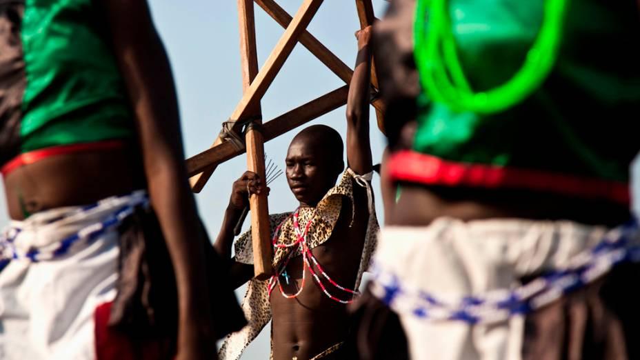 Dançarinos durante as comemorações do primeiro aniversário do Sudão do Sul