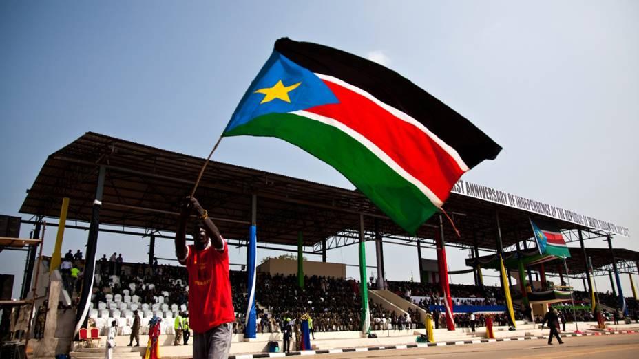 Na capital Juba, homem desfila com a bandeira do Sudão do Sul
