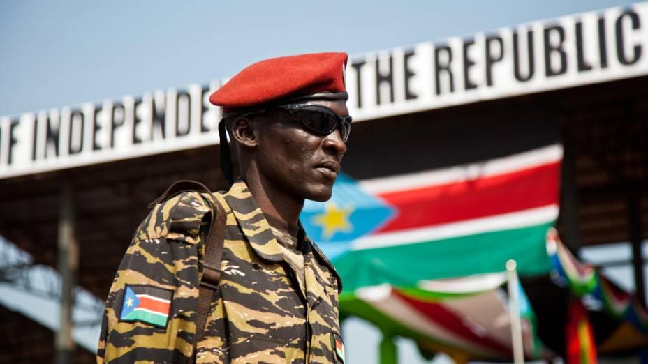 Membros do Exército de Libertação do Povo Sudanês durante as celebrações do primeiro aniversário da independência do Sul do Sudão, em Juba