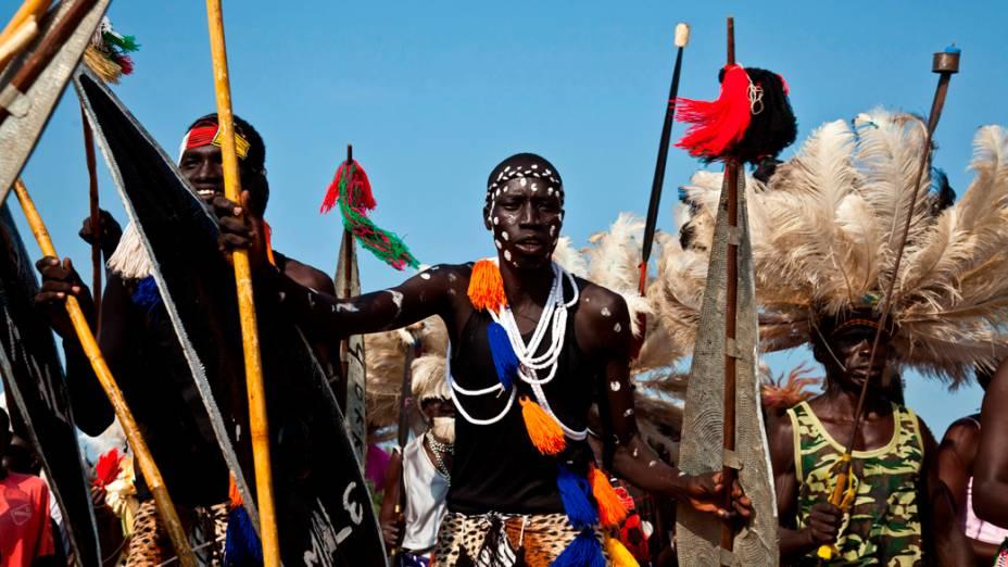 Dançarinos realizam dança tradicional durante as comemorações do primeiro aniversário do Sudão do Sul