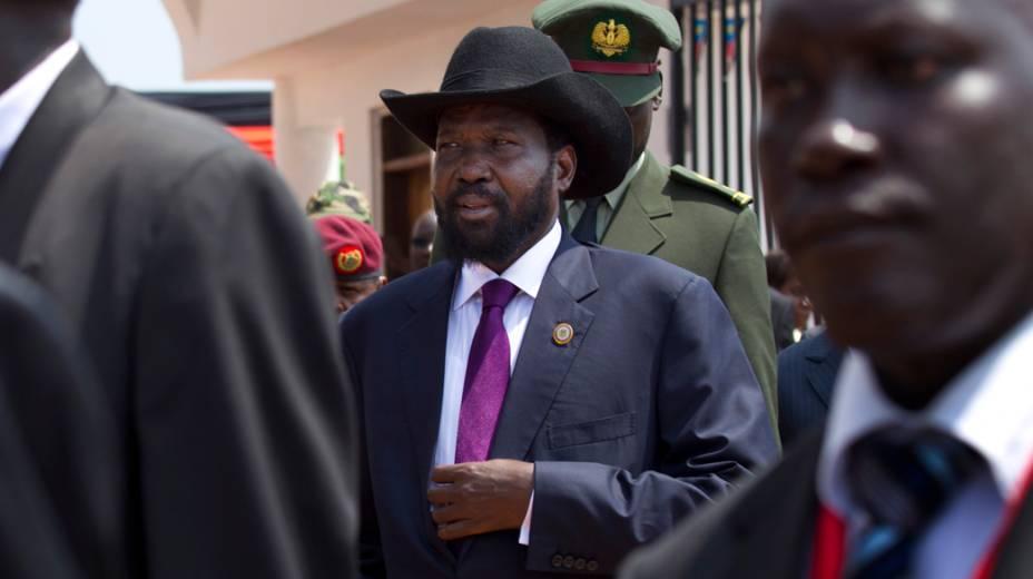 O primeiro presidente do Sul do Sudão, Salva Kiir, é escoltado por seguranças no aniversário de independência do país