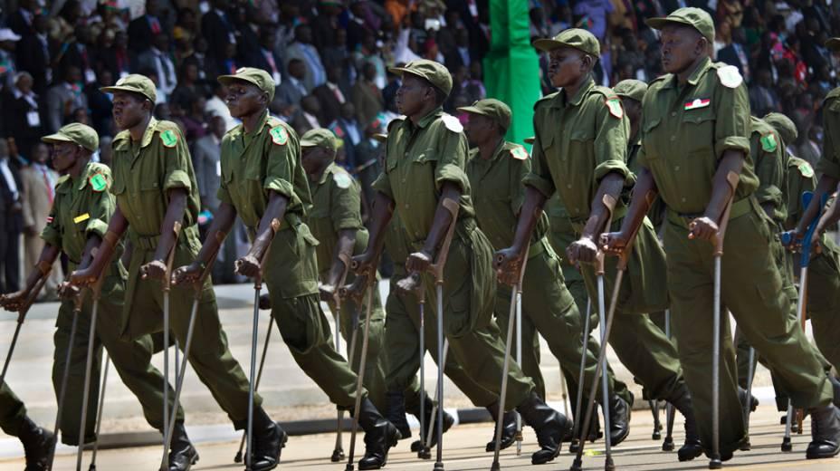 Militares deficientes durante desfile no dia da independência do Sul do Sudão