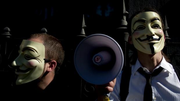 Anonymous escondem identidade sob máscara do personagem Guy Fawkes