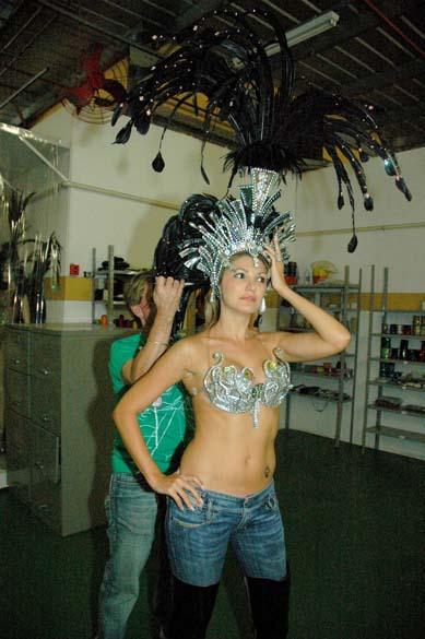 Antônia Fontenelle provando sua fantasia no barracão da Grande Rio, em 2008