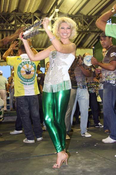 Antônia Fontenelle após ser apresentada como rainha de bateria da escola Mocidade Independente de Padre Miguel, na quadra da escola, no Rio de Janeiro