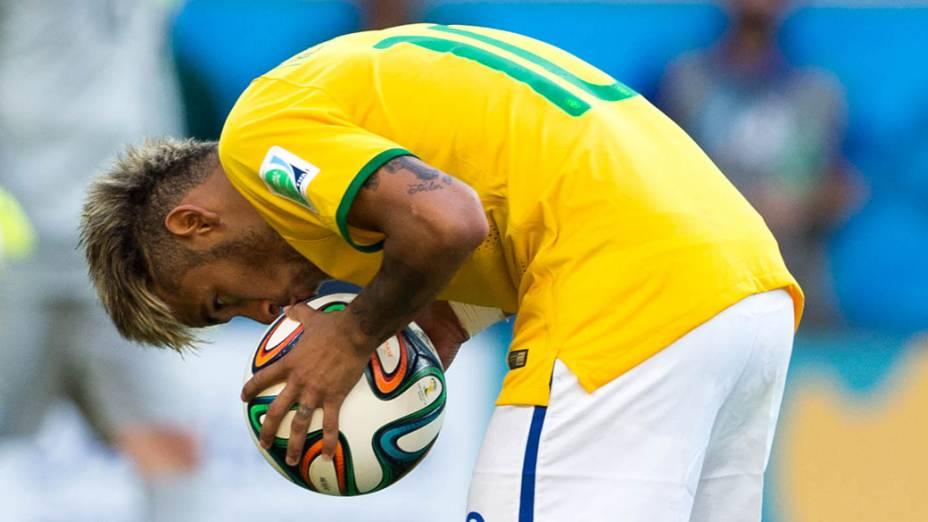Neymar beija a bola antes de cobrar pênalti contra o Chile