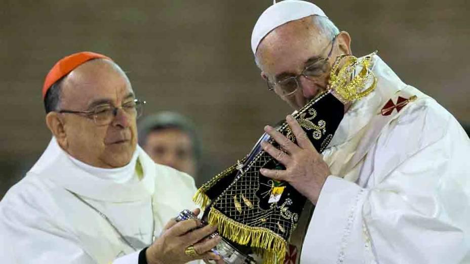 Dom Raymundo Damasceno entrega a imagem de Nossa Senhora de Aparecida para o papa Francisco em missa no Santuário Nacional de Aparecida