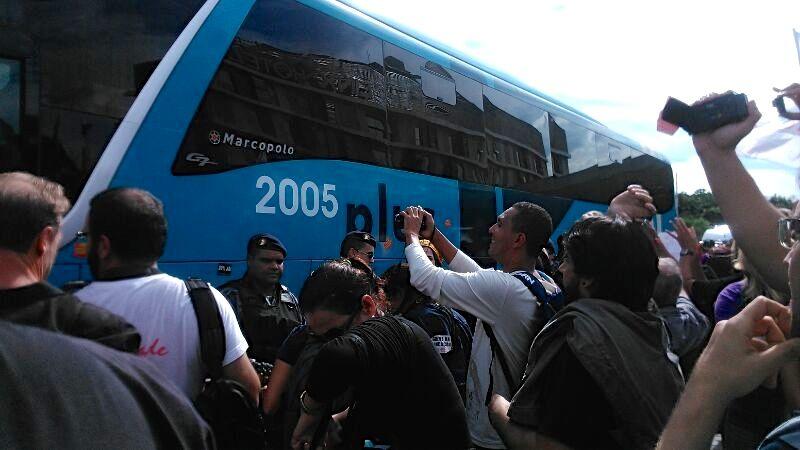 Em meio a protesto, o ônibus da seleção deixa o hotel onde os jogadores se apresentaram