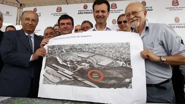 O presidente da Federação Paulista de Futebol, Marco Polo del Nero, o presidente do Corinthians Andrés Sanchez, o prefeito de São Paulo, Gilberto Kassab,e o governador de São Paulo, Alberto Goldman, durante apresentação oficial do projeto para a construção do estádio
