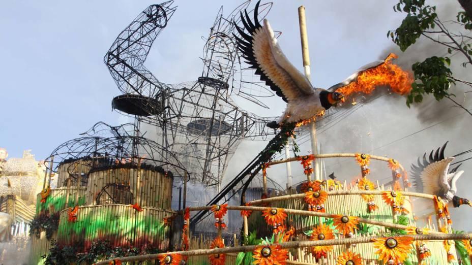 Incêndio em carro alegórico da Pérola Negra após confusão na apuração do Carnaval de São Paulo
