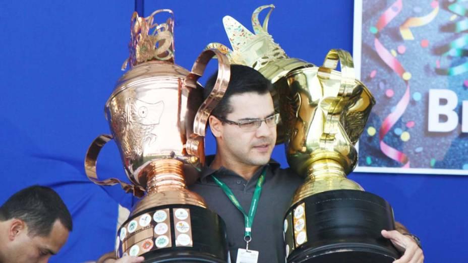 Organização recolhe troféus durante confusão na apuração