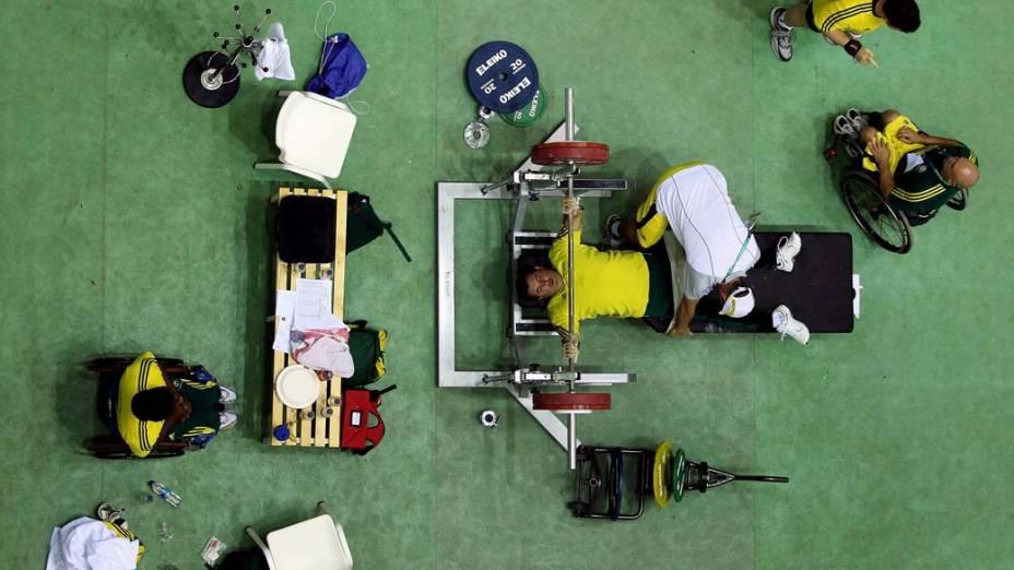 O australiano Cameron Whittington faz aquecimento para a prova de levantamento de peso nos Jogos Britânicos em Déli, na Índia