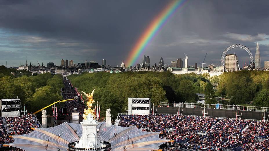 Arco-íris é visto durante homenagem à Rainha Elizabeth II no Jubileu de Diamante