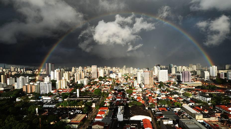 Arco Íris visto no Centro de São Paulo (SP), nesta quarta-feira (13)