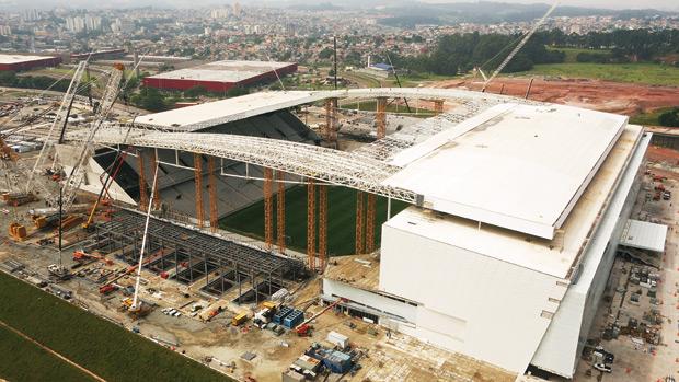 A três meses da Copa, nem a prefeitura nem o governo nem o Corinthians aceitavam pagar os 50 milhões de reais de estruturas provisórias no Itaquerão