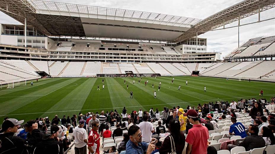 Jogo teste no Itaquerão entre operários que trabalham na construção do estádio, que será sede da abertura da Copa-2014