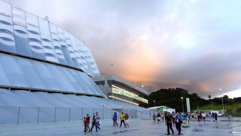 A fachada futurista da Arena Pernambuco e a chegada dos torcedores na Copa das Confederações: acesso difícil
