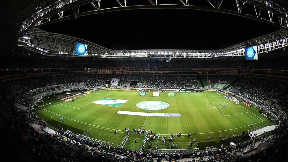 Torcida aguarda dentro do estádio o início da partida que inaugura a Arena Palmeiras