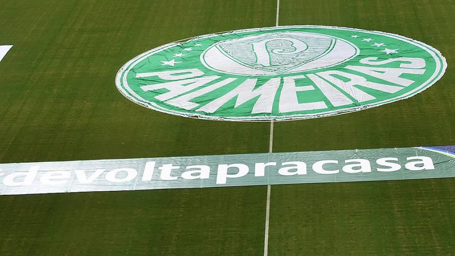 Torcedores prestam homenagem ao time do Palmeiras durante partida de inauguração do novo estádio, em São Paulo