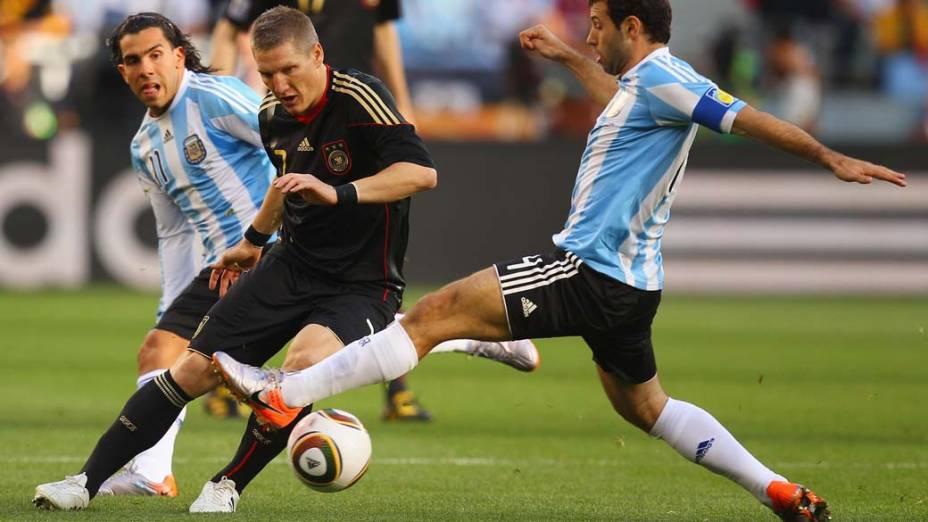 Lance entre Javier Mascherano e Bastian Schweinsteiger durante partida entre Argentina e Alemanha nas quartas de final de 2010