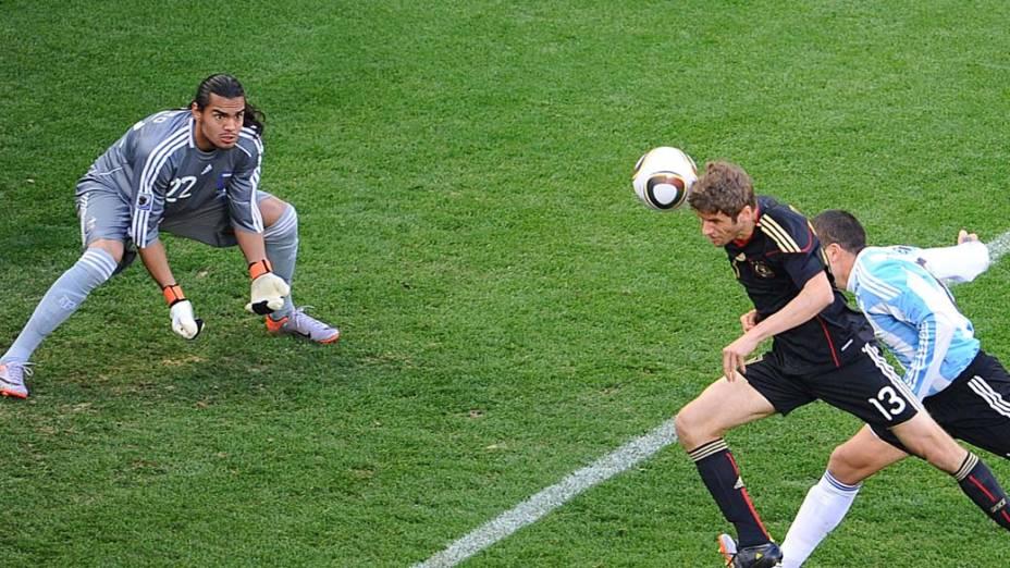 Thomas Mueller cabeceia para marcar gol nas quartas de final entre Alemanha e Argentina na Copa de 2010