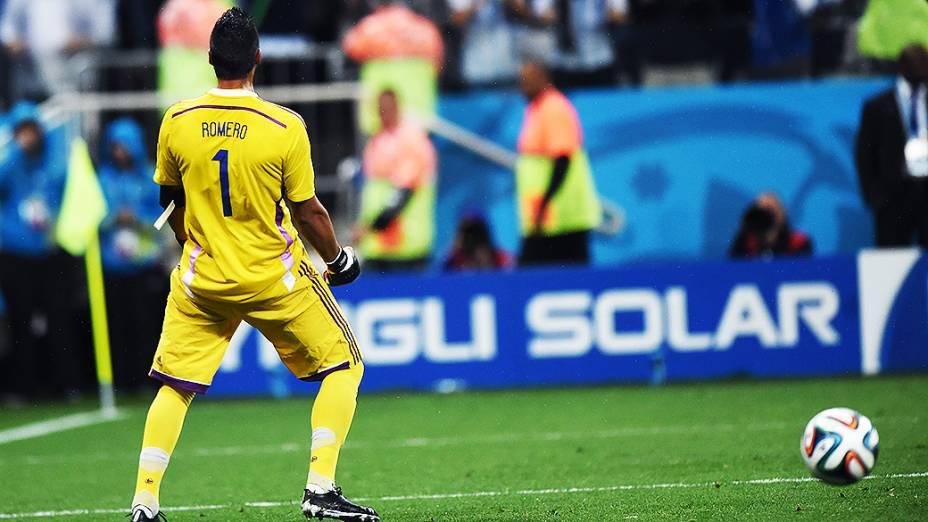 O goleiro argentino Sergio Romero comemora defesa de pênalti no jogo contra a Holanda, no Itaquerão em São Paulo