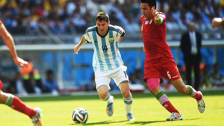 Messi, da Argentina, é marcado pelo jogador do Irã no Mineirão, em Belo Horizonte